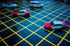 Οδήγηση αυτοκινήτων μέσω κίτρινου καμία περιοχή χώρων στάθμευσης στην οδό ασφάλτου, στοκ εικόνες
