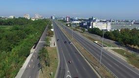 Οδήγηση αυτοκινήτων σε μια εθνική οδό καρδιών της πόλης απόθεμα βίντεο