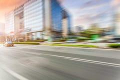 Οδήγηση αυτοκινήτων στο δρόμο, θαμπάδα κινήσεων στοκ φωτογραφίες