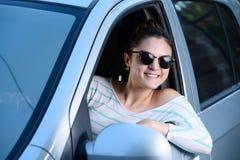 Οδήγηση γυναικών που κοιτάζει έξω στο παράθυρο Στοκ Εικόνα