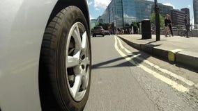 Οδήγηση γύρω από την πόλη από τη χαμηλή γωνία pov απόθεμα βίντεο