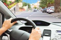 Οδήγηση ενός αυτοκινήτου στην οδό Στοκ Εικόνα