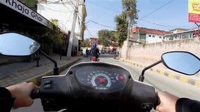 Οδήγηση ενός μηχανικού δίκυκλου στο Κατμαντού φιλμ μικρού μήκους