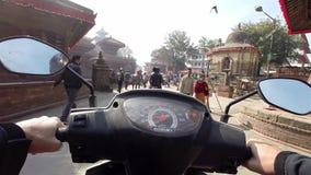 Οδήγηση ενός μηχανικού δίκυκλου στο Κατμαντού απόθεμα βίντεο