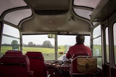 Οδήγηση ενός παλαιού λεωφορείου Στοκ Φωτογραφίες