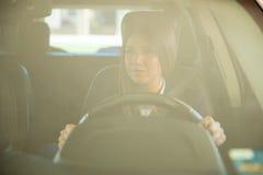 Οδήγηση και να δώσει προσοχής στο δρόμο Στοκ Φωτογραφία