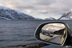 Οδήγηση κατά μήκος ενός φιορδ το χειμώνα Νορβηγία Στοκ Εικόνες