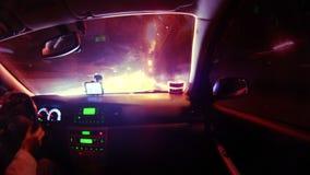Οδήγηση κατά την άποψη πόλεων νύχτας timelapse από την καμπίνα αυτοκινήτων φιλμ μικρού μήκους