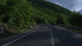 Οδήγηση μέσω του δρόμου με πολλ'ες στροφές βουνών φιλμ μικρού μήκους