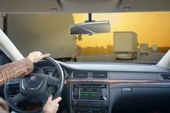 Οδήγηση με το αυτοκίνητο η επιχείρηση κρατά το ταξίδι βαλιτσών στάσεων ατόμων unrecognizable Στοκ Φωτογραφίες