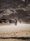 Οδήγηση μοτοσικλετών στη σκόνη στοκ φωτογραφίες