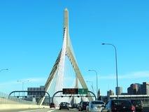 Οδήγηση πέρα από το Leonard Π Αναμνηστική γέφυρα Hill αποθηκών Zakim Στοκ Εικόνες
