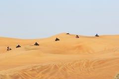 Οδήγηση ποδηλάτων στο σαφάρι ερήμων του Ντουμπάι Στοκ φωτογραφία με δικαίωμα ελεύθερης χρήσης