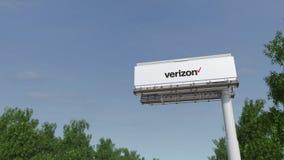 Οδήγηση προς τη διαφήμιση του πίνακα διαφημίσεων με το λογότυπο επικοινωνιών Verizon Εκδοτικός τρισδιάστατος συνδετήρας απόδοσης  απόθεμα βίντεο