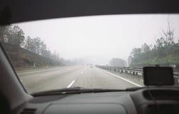 Οδήγηση στην ελαφριά ομίχλη Στοκ φωτογραφίες με δικαίωμα ελεύθερης χρήσης