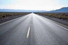 Οδήγηση στη διαδρομή 190 στην κοιλάδα θανάτου Στοκ εικόνες με δικαίωμα ελεύθερης χρήσης
