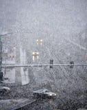 Οδήγηση στη χειμερινή θύελλα με το χιόνι χιονοθύελλας Στοκ Εικόνες