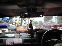 Οδήγηση ταξί άποψης ματιών πουλιών μέσω των μποτιλιαρισμάτων στην πόλη της Κουάλα Λουμπούρ, Μαλαισία Στοκ εικόνα με δικαίωμα ελεύθερης χρήσης