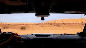 Οδήγηση του πλαϊνού αυτοκινήτου στην επεξεργασθείσα έρημος ακολουθία Σαχάρας