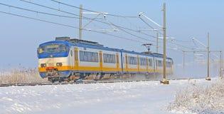 Οδήγηση τραίνων μέσω ενός χιονώδους τοπίου Στοκ φωτογραφία με δικαίωμα ελεύθερης χρήσης