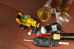 Οδήγηση υπό την επήρεια του οινοπνεύματος επικίνδυνος γύρος Οινόπνευμα πίσω από τη ρόδα Μεθυσμένος οδηγός Στοκ Εικόνα
