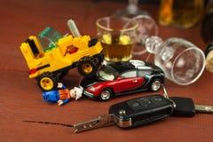 Οδήγηση υπό την επήρεια του οινοπνεύματος επικίνδυνος γύρος Οινόπνευμα πίσω από τη ρόδα Μεθυσμένος οδηγός Στοκ Εικόνες