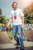 Οδήγηση Skateboarder στο πάρκο σαλαχιών Στοκ Εικόνες