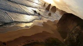 Ο ήλιος θέτει στη θάλασσα στους διάσημους δώδεκα αποστόλους στο μεγάλο ωκεάνιο δρόμο στην Αυστραλία απόθεμα βίντεο