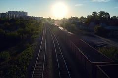 Ο ήλιος και ένα κινούμενο φορτηγό τρένο στοκ φωτογραφία