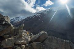 Ο ήλιος κτυπά κάτω από πέρα από την αιχμή σε μερικές πέτρες Στοκ Φωτογραφίες
