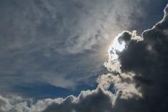 Ο ήλιος λάμπει λαμπρά στο σαφή μπλε ουρανό Τα μεγάλα σύννεφα θύελλας έρχονται στοκ φωτογραφίες