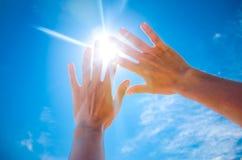 Ο ήλιος λάμπει μέσω των δάχτυλων Στοκ Εικόνα