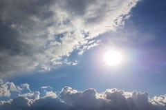 Ο ήλιος λάμπει μέσω των σύννεφων σωρειτών στο μπλε ουρανό Υπόβαθρο και σύσταση για τους καλλιτέχνες και το σχέδιο Φωτεινό φως στα στοκ φωτογραφία