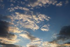 Ο ήλιος λάμπει μέσω των σύννεφων σωρειτών στο μπλε ουρανό Υπόβαθρο και σύσταση για τους καλλιτέχνες και το σχέδιο Φωτεινό φως στα στοκ εικόνες