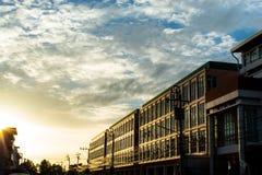 Ο ήλιος λάμπει στο κτήριο βραδιού στοκ εικόνες με δικαίωμα ελεύθερης χρήσης