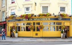Ο ήλιος μπαρ στη λαμπρότητα που βρίσκεται στην περιοχή λόφων Notting, στο δρόμο Λονδίνο, UK Portobello στοκ εικόνες