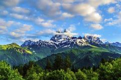 Ο ήλιος πρωινού λάμπει στον τοίχο βράχου Βουνό Ushba στοκ εικόνα με δικαίωμα ελεύθερης χρήσης