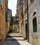 Ο ήλιος σε μια στενή οδό της παλαιάς πόλης Dubrovnik στοκ φωτογραφίες με δικαίωμα ελεύθερης χρήσης
