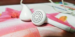 Ο ήχος του ακουστικού soothes το αυτί μας στοκ φωτογραφίες με δικαίωμα ελεύθερης χρήσης