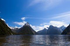 Ο ήχος Milford και συνδέει λοξά την αιχμή σε Fjordland NP NZ Στοκ φωτογραφία με δικαίωμα ελεύθερης χρήσης