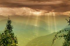 Ο ήλιος λάμπει από την έκρηξη σύννεφων - Sikkim, Ινδία Στοκ Εικόνες