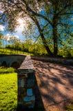 Ο ήλιος λάμπει μέσω των δέντρων πέρα από τη γέφυρα Burnside, στο εθνικό πεδίο μάχη Antietam Στοκ φωτογραφία με δικαίωμα ελεύθερης χρήσης