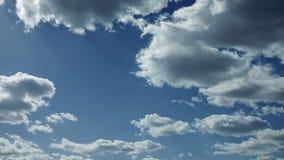 Ο ήλιος λάμπει μέσω των σύννεφων κάνοντας τις ηλιαχτίδες απόθεμα βίντεο