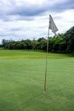 Ο ήλιος λάμπει πίσω από μια σημαία γκολφ Στοκ φωτογραφία με δικαίωμα ελεύθερης χρήσης