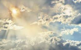 Ο ήλιος λάμπει στα όμορφα σύννεφα που επιπλέουν στον ουρανό στοκ φωτογραφία