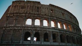 Ο ήλιος λάμπει υπέροχα μέσω των αψίδων του Colosseum στη Ρώμη steadicam πυροβολισμός απόθεμα βίντεο