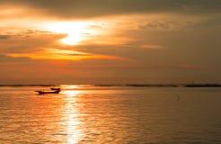 Ο ήλιος βραδιού θάλασσας στο ηλιοβασίλεμα Στοκ φωτογραφία με δικαίωμα ελεύθερης χρήσης