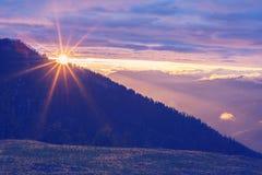 Ο ήλιος θέτει πίσω από μια σειρά βουνών Στοκ φωτογραφία με δικαίωμα ελεύθερης χρήσης