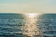 Ο ήλιος και η επιφάνεια θάλασσας Στοκ Εικόνες