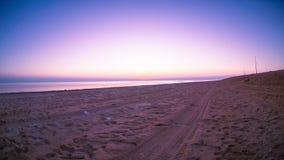 Ο ήλιος πηγαίνει κάτω στη θάλασσα με τη ρόδινη ατμόσφαιρα απόθεμα βίντεο